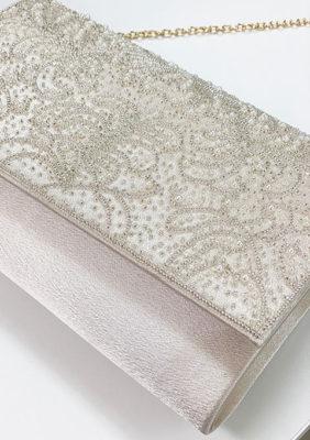 ビーズ刺繍のサテンクラッチのベージュ