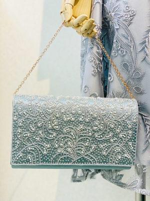 ビーズ刺繍のサテンクラッチのオリーブ